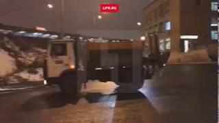 КамАЗ в Москве встал на дыбы, зацепившись за мост кузовом
