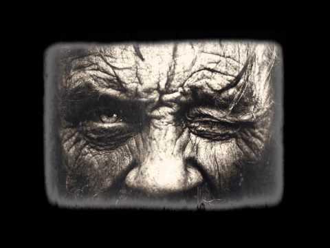 Les masques de largile pour la peau sèche de la personne dans 40 ans