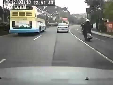Видео ДТП! Скутер сбил велосипедиста!