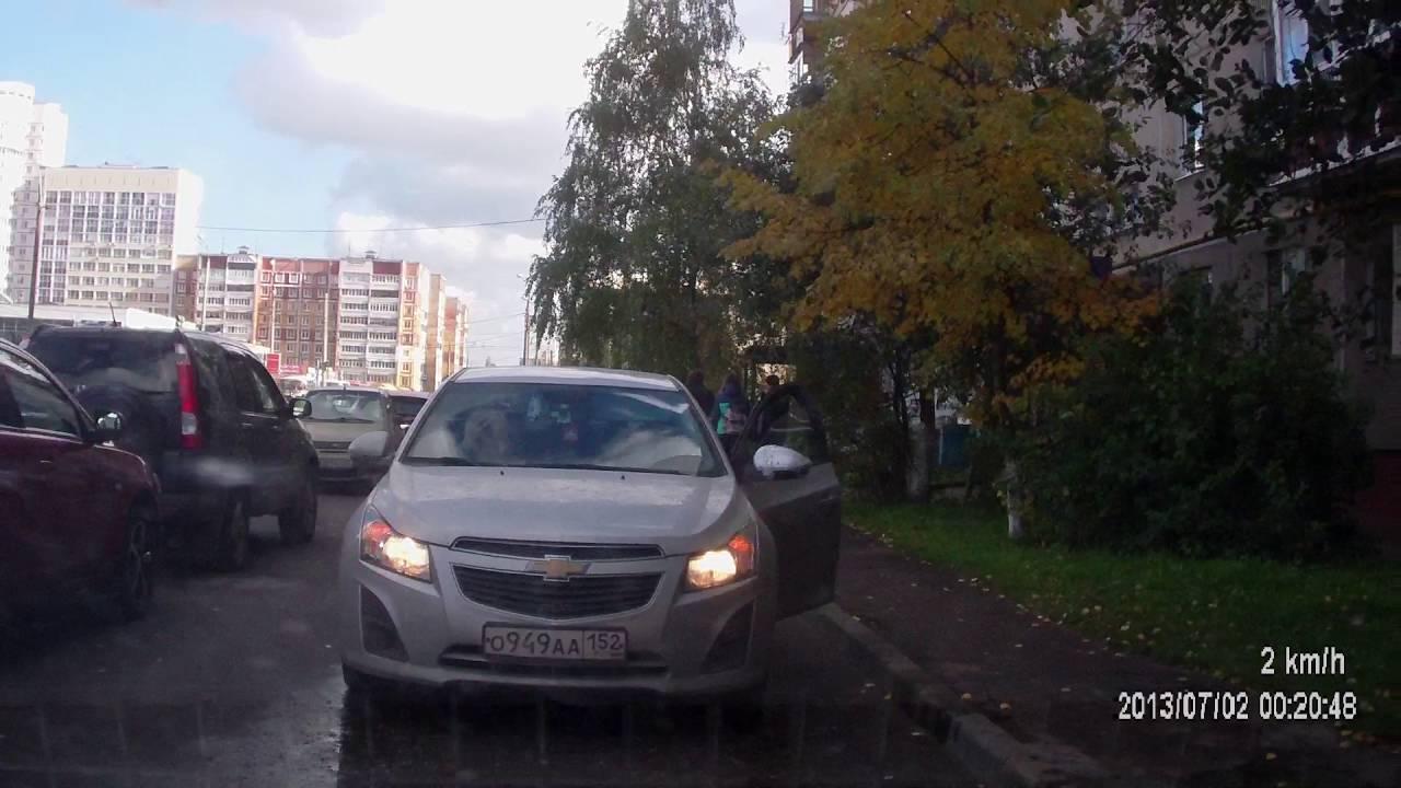 Будни Нижнего Новгорода: барышня перегородила проезд а супруга угостили из баллончика