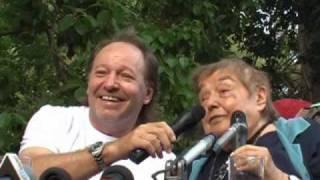 Fernanda Pivano festeggiata da Vasco Rossi e don Gallo