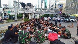 Kompaknya Personel TNI dan Polri saat Buka Puasa Bersama di Jalan MH Thamrin