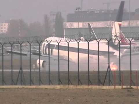 Amatorskie nagranie z lądowania Boeinga bez podwozia na lotnisku w Okęciu