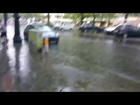 Berlin Unwetter mit starken Regenfällen Kudamm