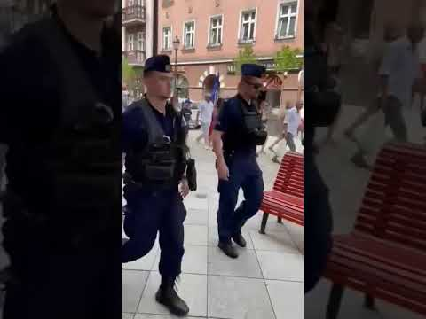"""To nie jest dobry czas dla Morawieckiego. Mieszkańcy Kalisza zgotowali mu """"gorące"""" powitanie"""