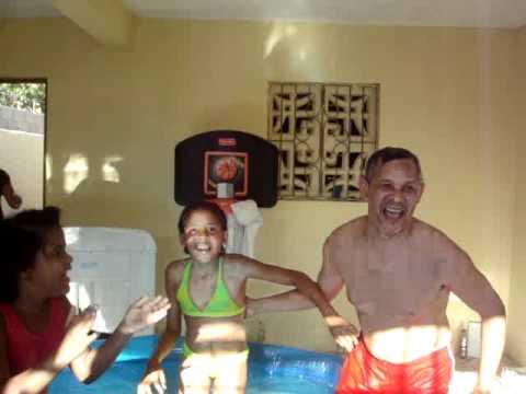 Juan Esteban y las niñas en la piscina