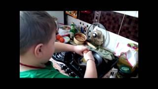 Ребенок/Еда/Дети готовят еду сами/Как я первый раз готовил яичницу