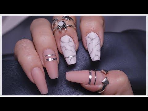Die Haut oblasit neben den Nägeln des Grundes und die Behandlung