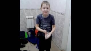 мальчик переодевается в ванне LOL.
