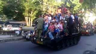 preview picture of video 'Tank, Rantis, dan Alutsista Berkeliaran di Kota Mataram, Lombok'