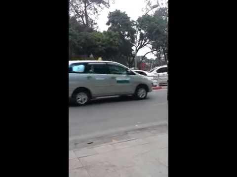 Thanh niên cứng 2014 chặn đầu xe taxi ở Hà Nội