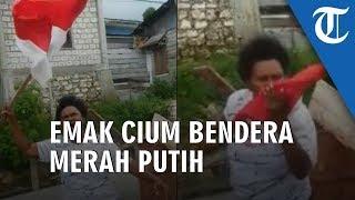VIDEO: Fakfak Rusuh, Emak-emak Kibarkan Bendera Merah Putih dan Menciumnya di Tengah Jalan