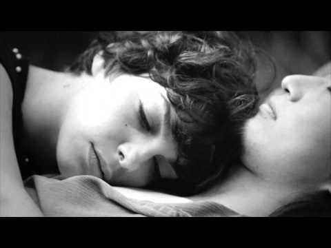 Bárbara Eugenia e Tatá Aeroplano - Dos Pés (videoclipe oficial)
