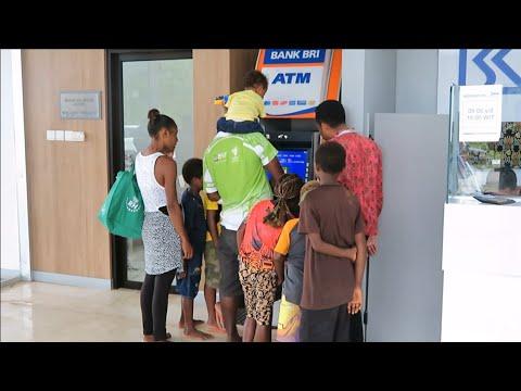 Cara Orang Papua New Guinea PNG Tarik Uang di ATM Bank BRI PLBN Skouw Jayapura Untuk Berbelanja