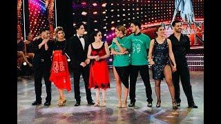 """Programa emitido el viernes 14 de diciembre de 2018 en eltrece.  MICA VICICONTE VS. JULIÁN SERRANO-SOFÍA MORANDI Y JIMENA BARON VS. MARÍA DEL CERRO-FACU MAZZEI, LAS SEMIFINALES DEL BAILANDO 2018  Este viernes 14 de diciembre, hubo """"súper duelo"""" de tango y se definieron los cruces decisivos del certamen de ShowMatch.  TANGO, EL ÚLTIMO RITMO Marcelo dio comienzo a la gala eliminatoria de tango, que tuvo una impresionante apertura protagonizada por Mora Godoy y su compañía de baile. Luego, el conductor presentó una por una a las seis parejas finalistas del Bailando 2018. Todas recibieron el saludo de un famoso deseándoles fuerza y suerte para esta instancia decisiva del certamen. Jimena Baron y Mauro Caiazza fueron los primeros y, luego de """"echarse en cara"""" algunos roces durante los ensayos, recibieron un saludo de Carla Peterson, quien le dijo a Jimena: """"Para mí ya sos la campeona"""". Lourdes Sánchez y Diego Ramos fueron saludados por otra actriz, Eleonora Wexler, y por el animador infantil Diego Topa. Mica Viciconte y Nacho Saraceni recibieron los buenos augurios de Agustina Kampfer y las """"Incorrectas"""". A Julián Serrano y Sofía Morandi les desearon éxitos los cantantes Agustín Bernasconi y Maxi Espíndola y youtubers e instagramers. Cinthia Fernández y Gonzalo Gerber recibieron las bendiciones de Mariano Iúdica. Y María del Cerro y Facu Mazzei fueron saludados por Flavio Mendoza y Lali Espósito. """"Me siento muy feliz de haber hecho lo de que hice ayer. Siento que me renovó como mujer y persona y que ayudé a un montón de chicas. Estoy muy conmovida, hoy me levanté con más fuerza que nunca"""", aseguró María.  DUELO POR SEIS Luego llegó el esperado duelo. Jimena y Mauro interpretaron """"Código de barra"""", de Bajofondo. Lourdes y Diego hicieron una coreografía de """"La cumparsita"""". Mica y Nacho bailaron """"Tanguera"""". Julián y Sofía recorrieron la pista al ritmo de """"Milongueando"""". Cinthia y Gonzalo se movieron al compás de """"Libertango"""". En tanto, María y Facu realizaron una performanc"""