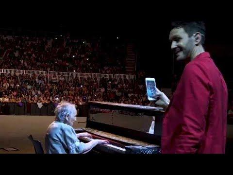 Axel tocó con una abuela de 92 años