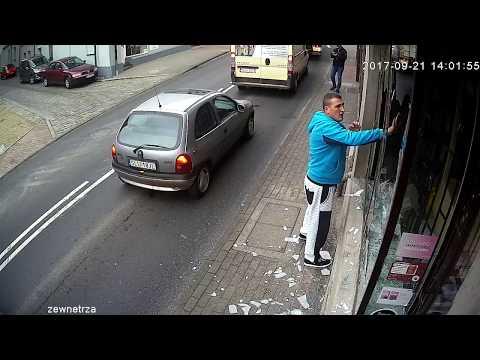 Хулигана, разбившего витрину, сбил автомобиль