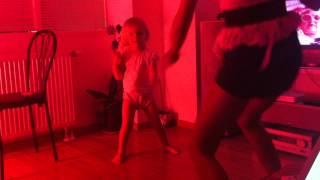 2,5 aastane laps opib tantsima