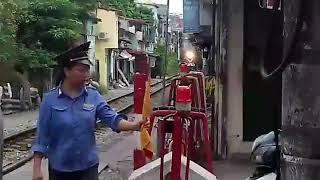 [128] Đ12E-646 kéo tàu LP6 qua chắn Mê Linh, Hải Phòng, cô gác chắn nhìn (01/10/2017)