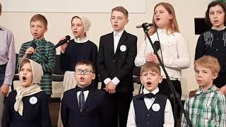 Выступление школьного хора на служении в церкви