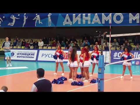 Выступление черлидеров Lucky Demons Cheerleaders на матче по волейболу