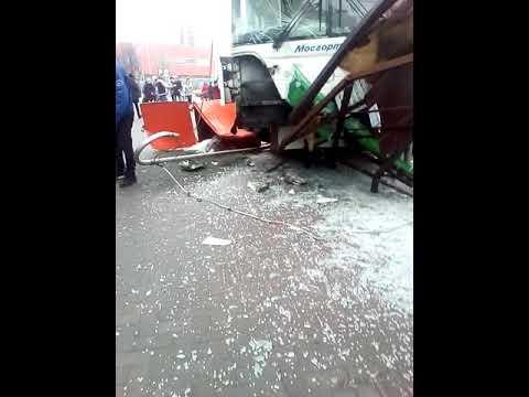 Автобус врезался в остановку в Москве