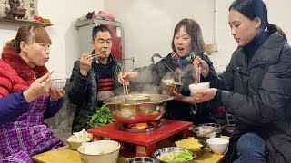 Qiu Mei cooks hot pot in her home today, the family talks and laughs