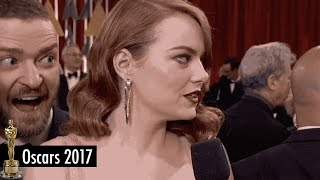 Gambar cover Justin Timberlake PHOTOBOMBS Emma Stone and Wife Jessica Biel on the 2017 Oscars Red Carpet
