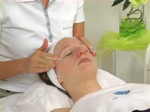 Wie die Gurken für die Masken der Person zu frosten