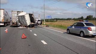 Сегодня на трассе М-10 «Россия» произошла серьезная авария с участием фуры и газели