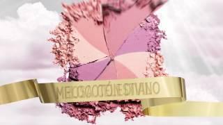 http://bit.ly/X8FGYG  Dale un repaso a tus conocimientos de belleza con nuestra colección de Cajitas de Polvos: Dandelion, Sugarbomb, CORALista, Hervana, Bella Bamba, Dallas y Hoola. Tanto si buscas unos polvos rosa suave, un cálido tono coral, o incluso unos polvos bronceadores muy naturales... No te preocupes, encontrarás una Cajita de Polvos perfecta para ti (¡o incluso dos!). ¡Combínalas para conseguir un look fabuloso! La experta en belleza de Benefit Annie Ford Danielson te enseña cómo...
