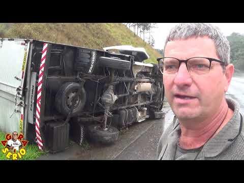 Caminhão tomba em frente a Favela do 72 e algumas pessoas tentar saquear a carga do Motorista