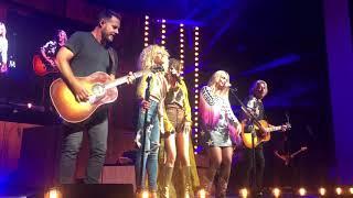 "Miranda Lambert and Little Big Town sing ""Goodbye Earl"" live on the Bandwagon Tour"