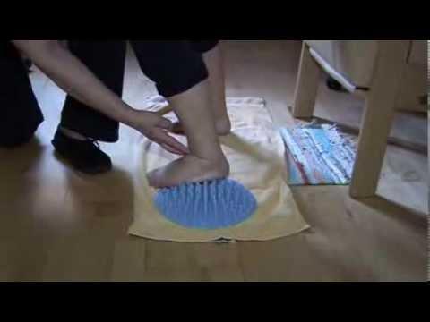 Praktische Anwendung der pedalo®-Fußmassage-Regenerationsmatte mit Frau Wilhelmer