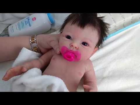 תינוקת או בובה?
