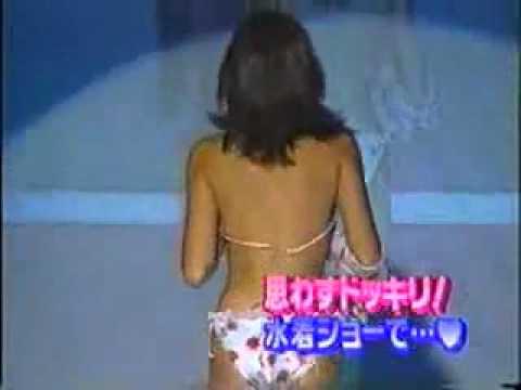 模特走秀時候 胸罩掉了