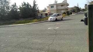 preview picture of video 'Kørsel på Cypern - elev bakker rundt om hjørne mod køreretningen'