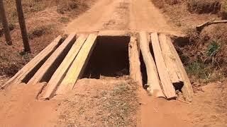 Moradores voltam a reclamar de estrada esburacada e mata-burros