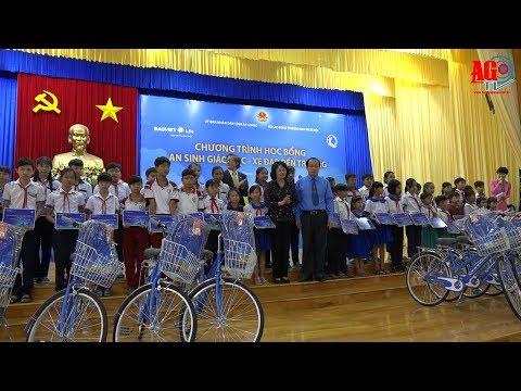 Phó Chủ tịch nước Đặng Thị Ngọc Thịnh trao quà cho học sinh nghèo