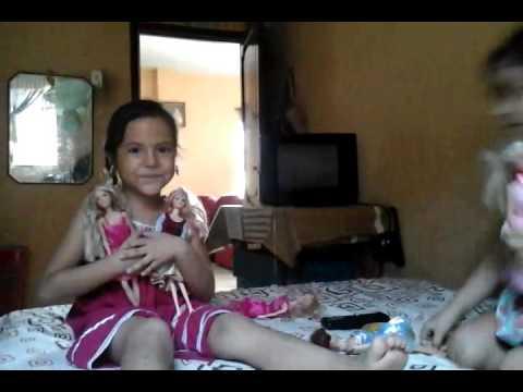 Dos niñas jugando muñeca