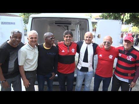 Ídolos do Flamengo doam alimentos arrecadados pela torcida ao Laje