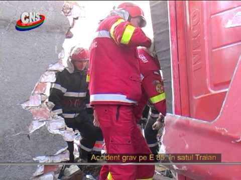 [GALERIE FOTO] [VIDEO] Un camion a distrus o casă, la Traian