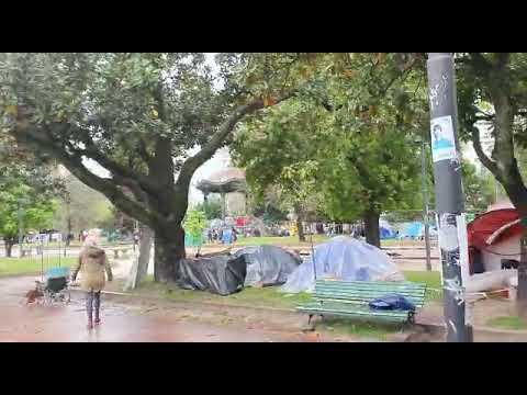Videos. Así está Plaza San Martín en este sábado de lluvia con campamento femenino