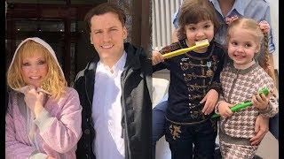 А.ПУГАЧЕВА И М.ГАЛКИН весело проголосовали на своем участке!