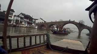 preview picture of video 'trip down the canal in the Water Village (Zhujiajiao, China)'