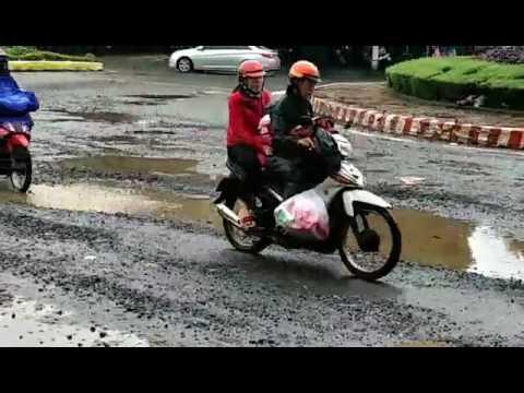 """Pleiku (Gia Lai): Liên tiếp """"tai nạn"""" xảy ra do đường bị xuống cấp nghiêm trọng"""