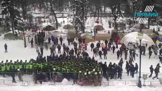 Сутички під Верховною Радою 27 лютого 2018 року: шини та  бруківка