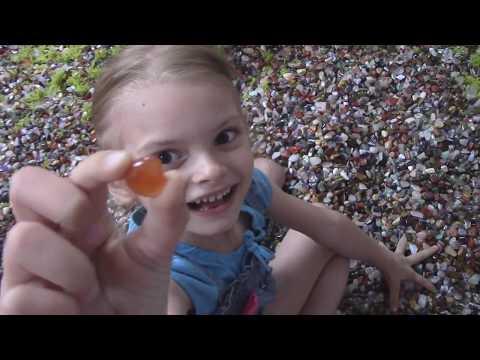 Развлечения для детей Девочки купаются в самоцветах