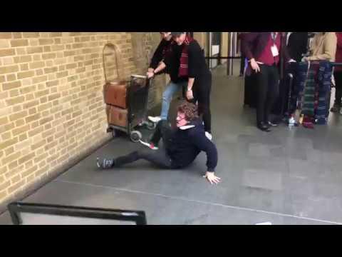 Поклонник Гарри Поттера попытался пройти сквозь кирпичную стену на лондонском вокзале
