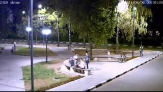 Ночь. Сквер. Молодежь сдерживает себя под камерой наружного наблюдения.